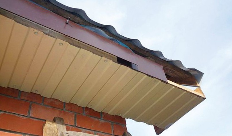 Подшивка свеса крыши профнастилом